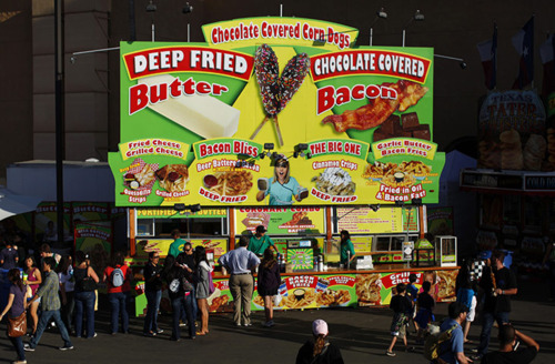 Un stand propose à la fois du beurre frit mais aussi du bacon couvert de chocolat.