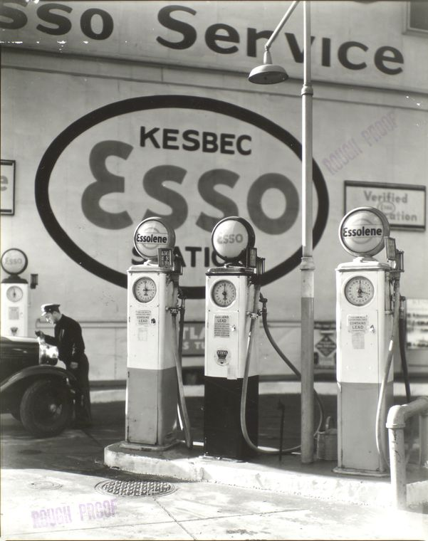Bérénice Abbot, Station essence à Manhattan, 1935, série Changing New York visalisable ici