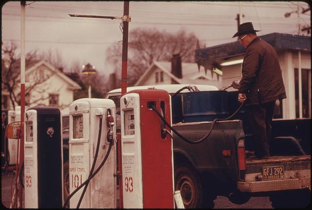 David Falconer, Durant la crise du pétrole (1973-1974), du carburant imoprté était encore disponible dans l'Oregon, mars 1974, Projet Documerica