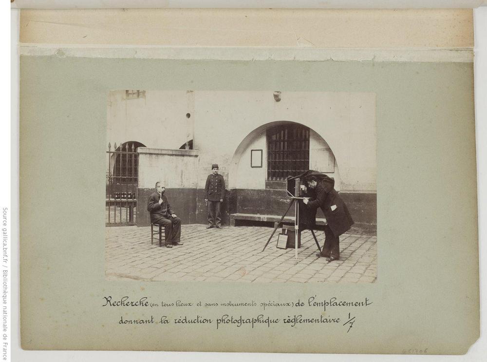 Recherche (en tous lieux et sans instruments spéciaux) de l'emplacement donnant la réduction photographique réglementaire.
