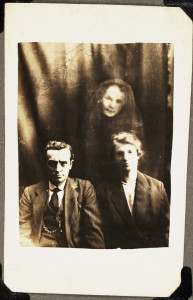 Un couple et un esprit de femme, photographie de William Hope, vers 1920