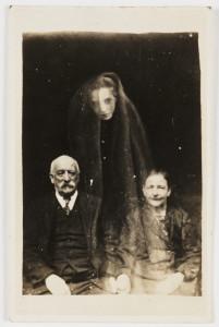 Le couple Ederly et le fantôme d'une jeune femme, photographie de William Hope, vers 1920