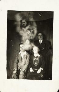 Une photographie de famille, avec 2 esprits présents, photographie de William Hope, vers 1920