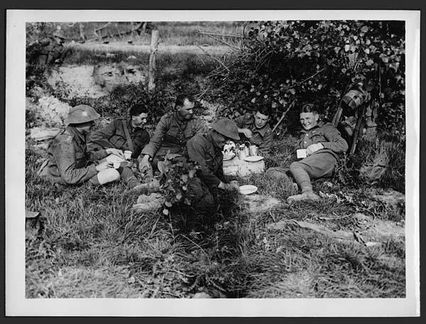 L'heure du thé, une image qui rappelle un célèbre déjeuner sur l'herbe destinée à la propagande durant la première guerre mondiale. National Library of Scotland, Flickr Commons.