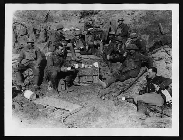 Des soldats britanniques juste derrière les tranchées buvant du thé pour rassurer l'arrière. National Library of Scotland, Flickr Commons