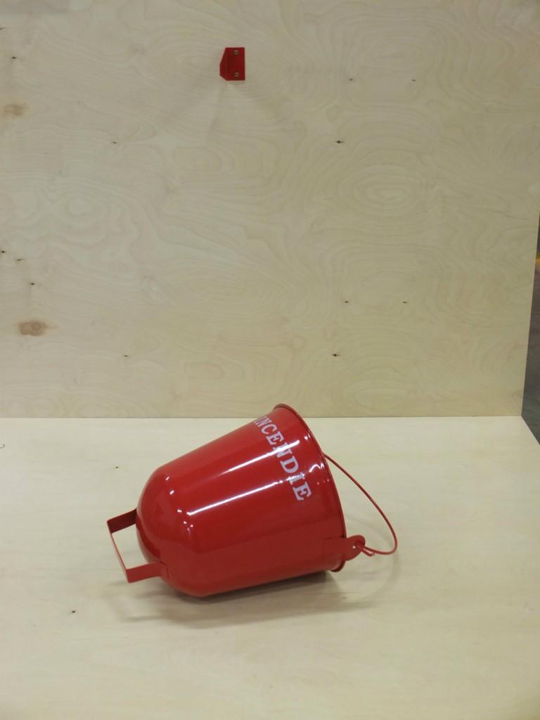 Un seau de secours en cas d'incendie, légèrement incurvée et accrochée comme une cloche