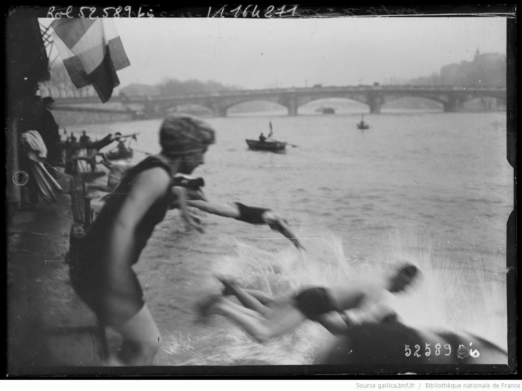 """25 décembre 1918, une compétition de natation dans la Seine à Paris appelée """"Coupe de Noël"""". - Départ depuis le Pont Alexandre III, Agence Rol."""
