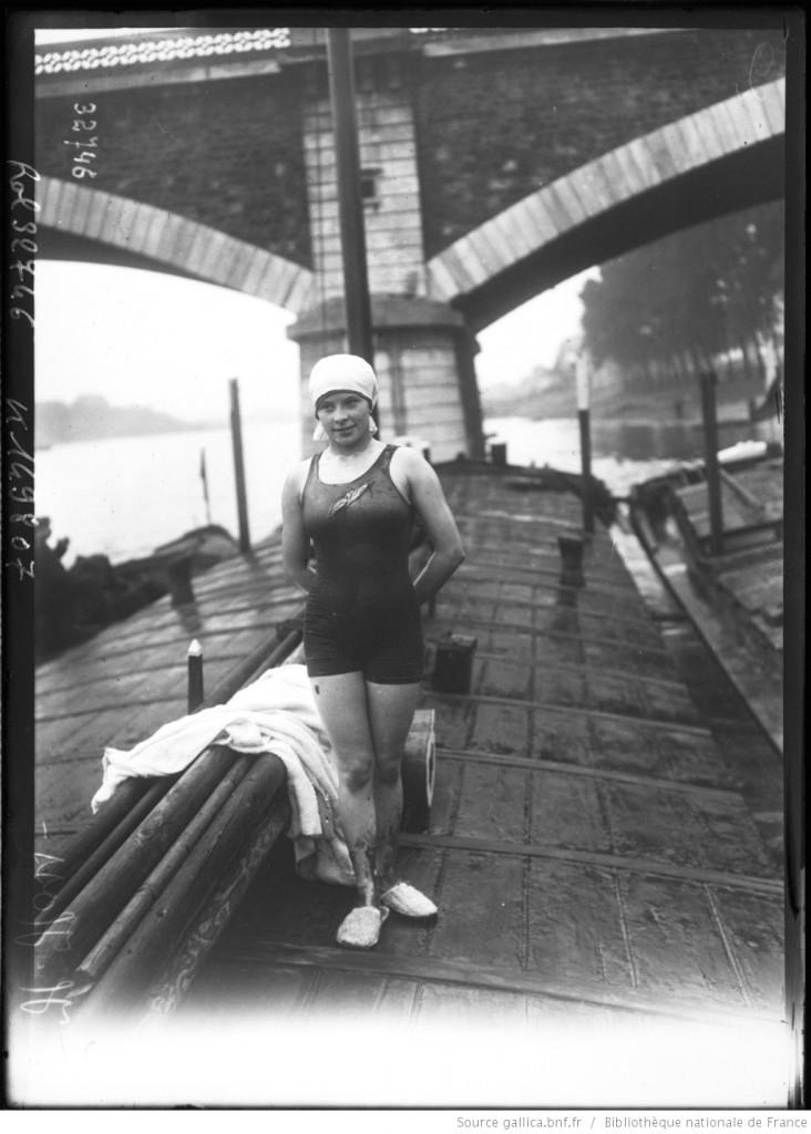 7 septembre 1919, La Traversée de Paris à la nage, un événement à ne pas manquer !  Ici la nageuse H. Hoss sur un bateau, Agence Rol.