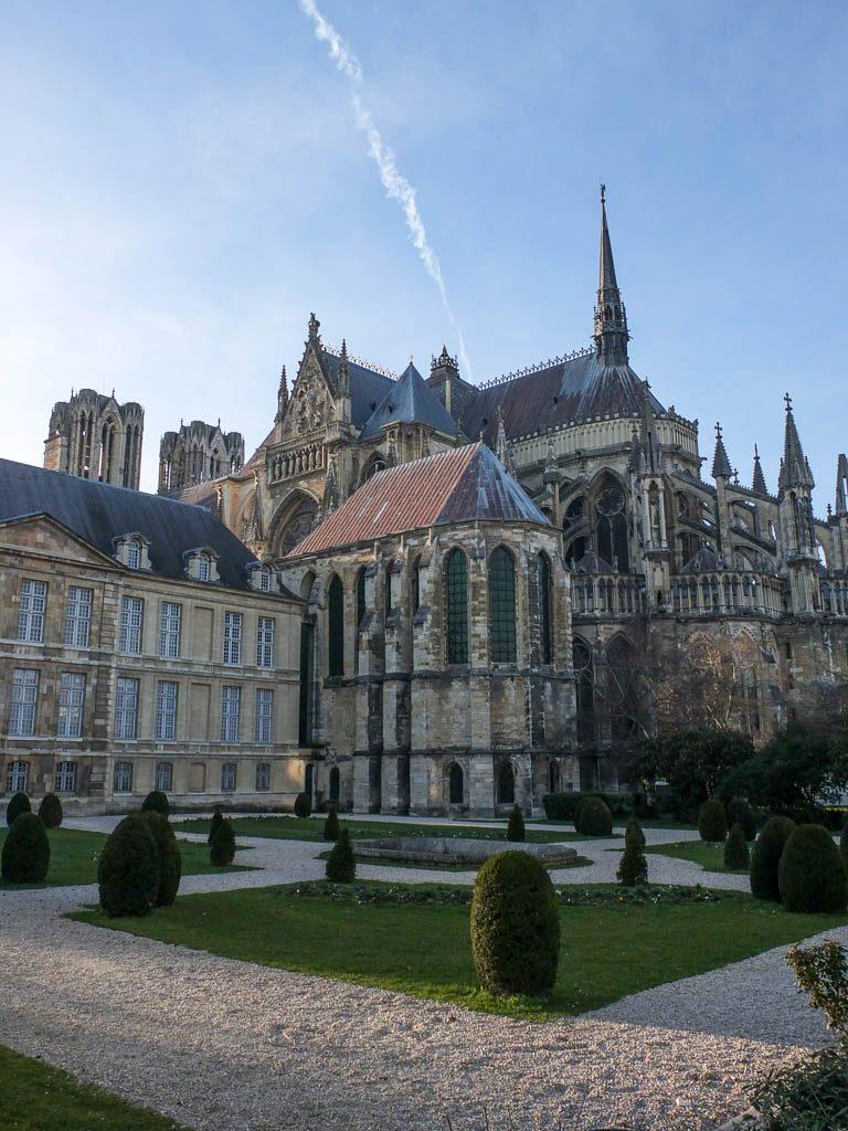 Vue arrière de la cathédrale de Reims, en ce moment en travaux.