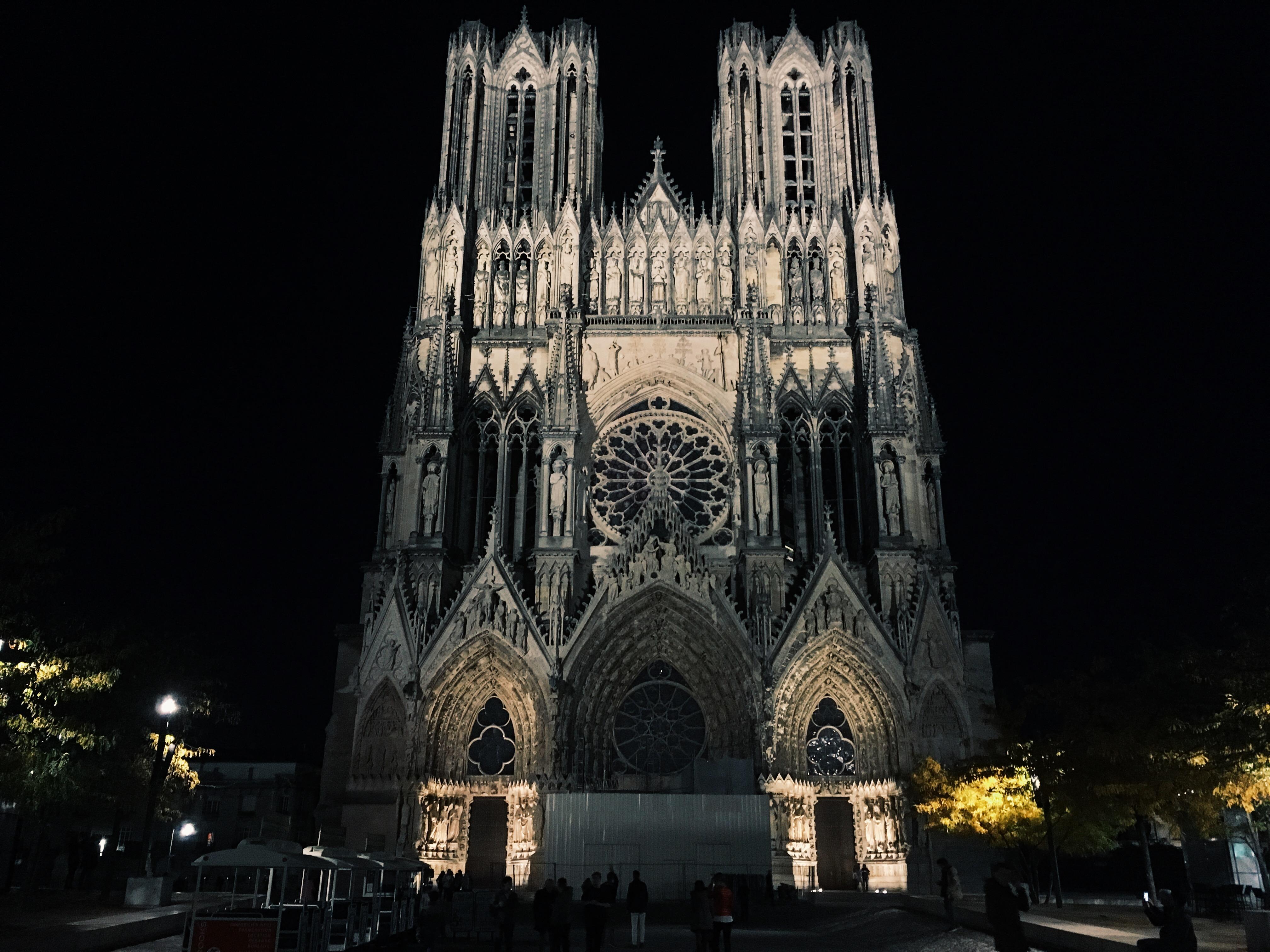façade la cathédrale de Reims nouvellement restaurée