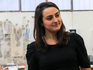 Portrait de Céline Prunas dans son atelier de linogravure à la Fileuse de Reims, friche artistique.