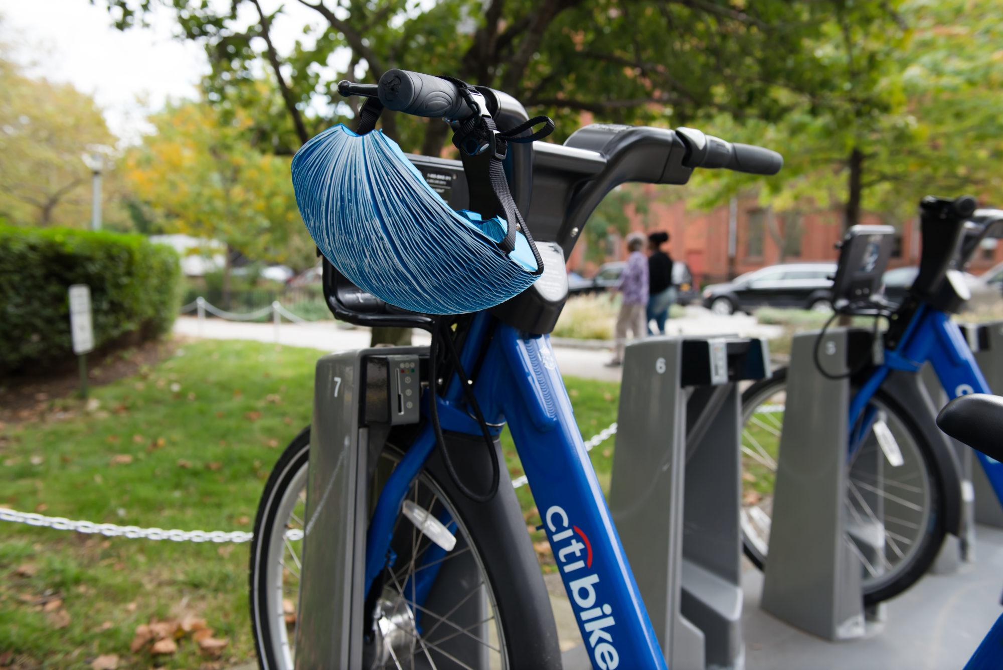 Un casque pliable et recyclable pour les vélos en libre service