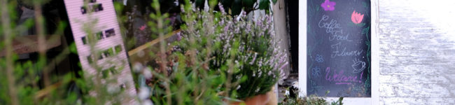 Un café et des fleurs, au Poenies Paris