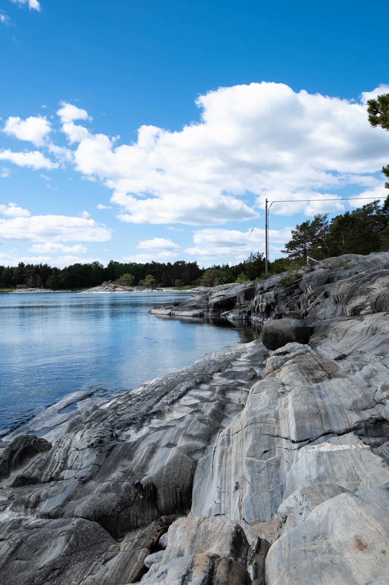 Plage de pierres à Rävstavik